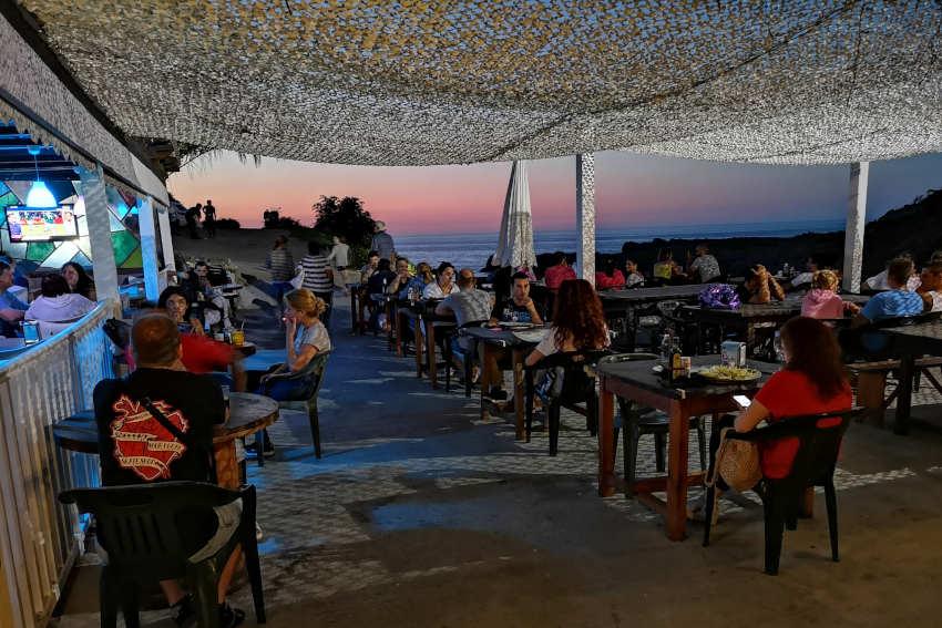 Terraza exterior del restaurante Asador Rocamar, Islares, Castro Urdiales
